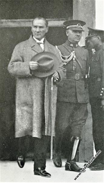 Mustafa Kemal Atatürk CHP Kongresi'nin son toplantısından ayrılırken. (20.10.1927)