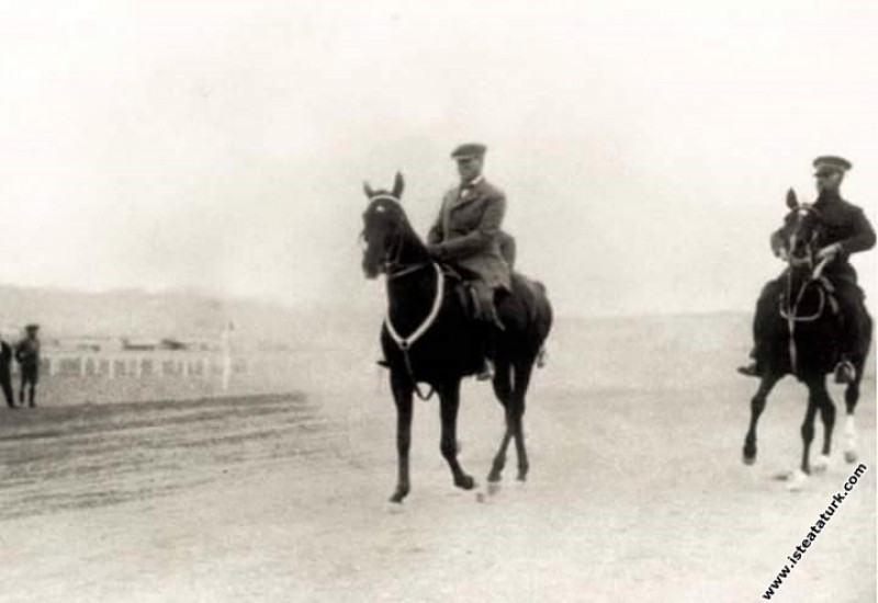 Mustafa Kemal Atatürk Çankaya civarında bir at gezintisinde. (11.11.1927)