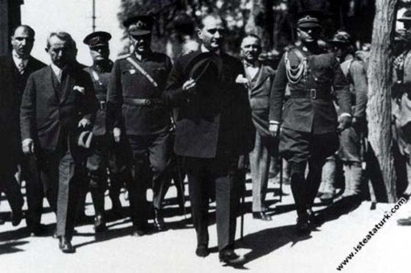 Mustafa Kemal Atatürk Başbakan İnönü, Genelkurmay  Başkanı Mareşal Fevzi Çakmak, Milli Eğitim Bakanı Mustafa Necati ile birlikte. (1927)