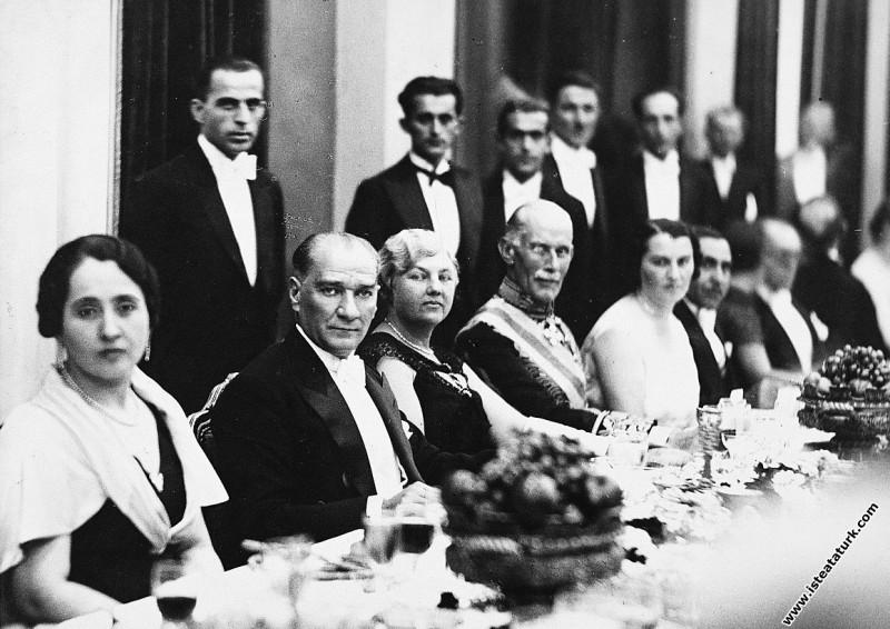 Türkiye Tarafından Türkiye Cumhurbaşkanı Mustafa Kemal Atatürk ve Türkiye Başbakanı İsmet İnönü, SSCB Tarafından SSCB'nin Türkiye'deki Büyükelçisi Y. Z. Surits'in katıldığı diplomatik yemek. (07.11.1927)