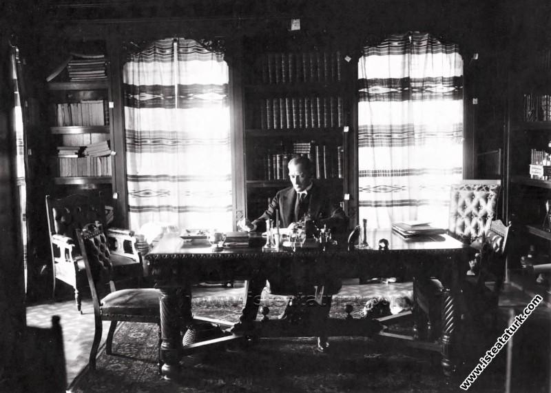 Mustafa Kemal Atatürk Çankaya Köşkü'ndeki kütüphanesinde kitap okurken. (16.07.1929)