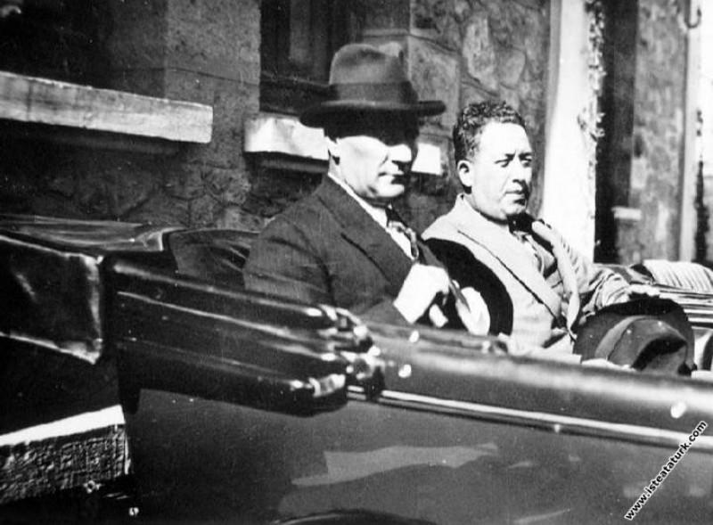 Cevat Abbas Gürer'le Çankaya Köşkü'ne giderken. (1928)