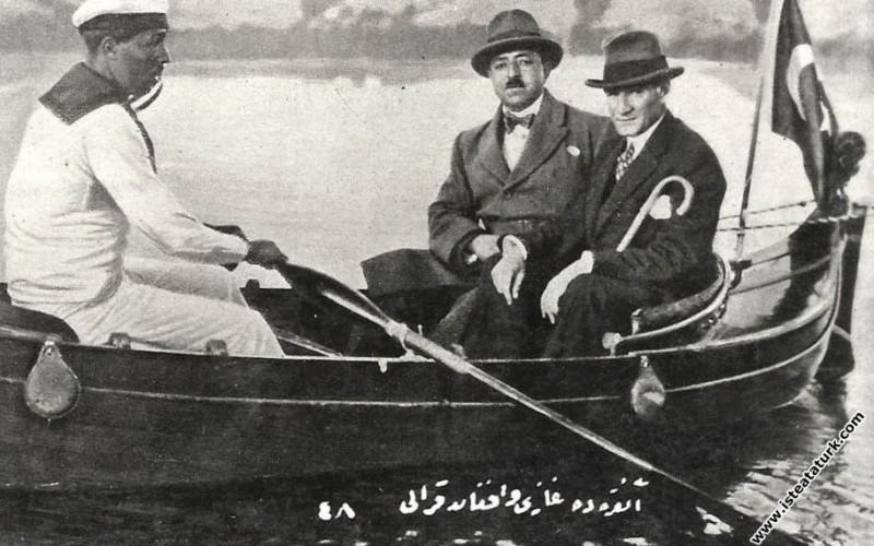 Mustafa Kemal Atatürk Afganistan Kralı Amanullah Han ile birlikte Marmara Havuzu'nda kayıkla dolaşırken. (26.05.1928)