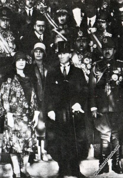 Mustafa Kemal Atatürk'ün Afganistan Kralı Amanullah Han ve eşi Kraliçe Süreyya'nın şerefine verilen yemek davetine katılmaları. (20.05.1928)