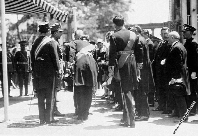 Mustafa Kemal Atatürk Afganistan Kralı Amanullah Han ve eşi Kraliçe Süreyya'nın şerefine verilen yemek davetine katılırken. (22.05.1928)