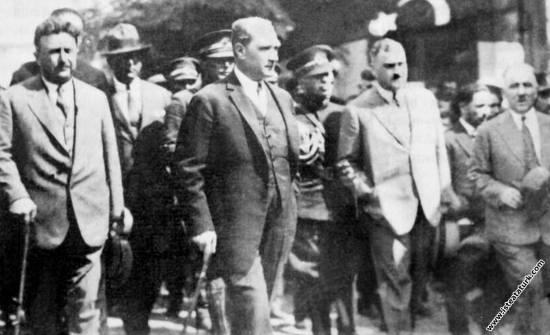 Mustafa Kemal Atatürk yeni harfleri tanıttığı Tekirdağ'da. (23.08.1928)