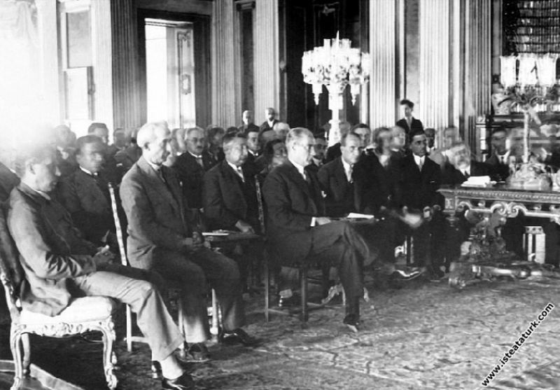 Mustafa Kemal Atatürk Dolmabahçe Sarayı'nda, İsmet İnönü, Kazım Özalp ile Yeni Harfler konulu toplantıların birinde. (28-29.08.1928)