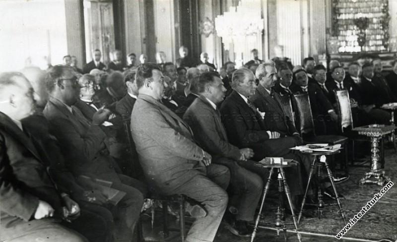 Mustafa Kemal Atatürk Dolmabahçe Sarayı'nda, İsmet İnönü, Kazım Özalp ile Yeni Harfler konulu toplantıların birinde. (25.08.1928)