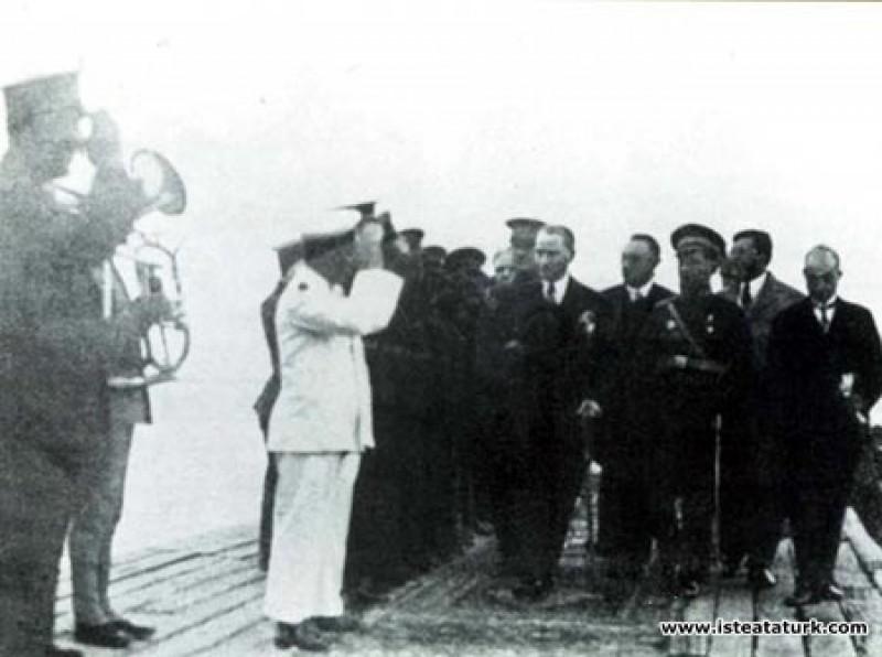 Mustafa Kemal Atatürk'ün Samsun Rıhtımı'nda karşıl...