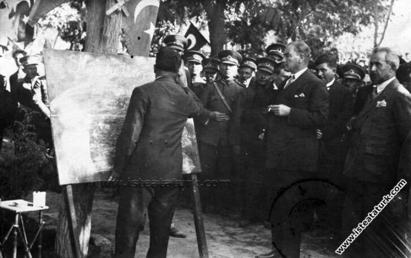Mustafa Kemal Atatürk CHP parti binasının önünde k...