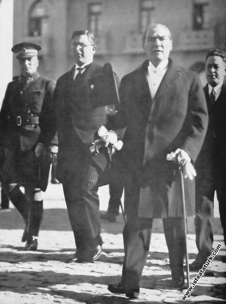 Mustafa Kemal Atatürk'ün Meclisi açmaya gelirken a...