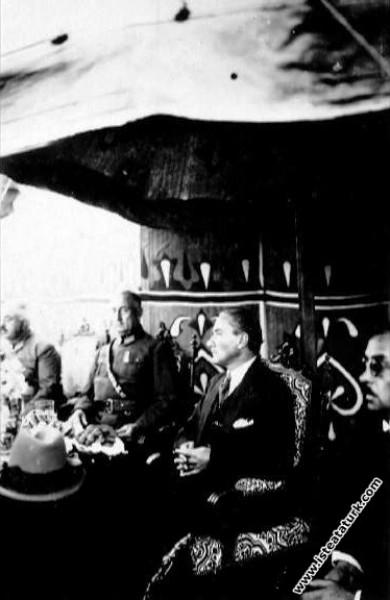 Bir Toplantıda konuşmacıları dikkatle dinlerken. (1928)