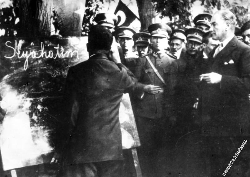 Mustafa Kemal Atatürk Kayseri'de kara tahta başınd...