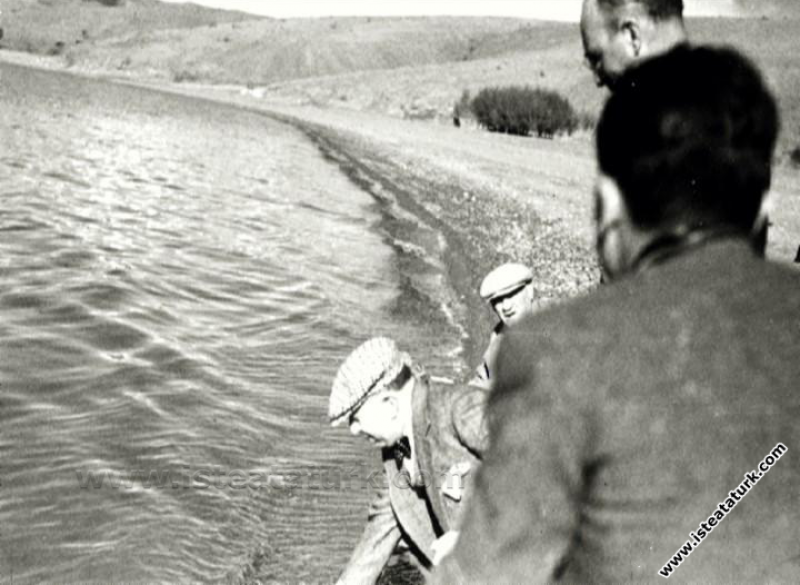 Atatürk Doğu Anadolu Gezisinde, Malatya'dan Diyarbakır'a giderken mola verilen Hazar Gölü kıyısında incelemelerde bulunuyor. (14.11.1937)