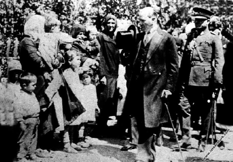 Mustafa Kemal Atatürk Arifiye İstasyonu'nda kendisini karşılayanlarla, Sakarya. (05.06.1928)