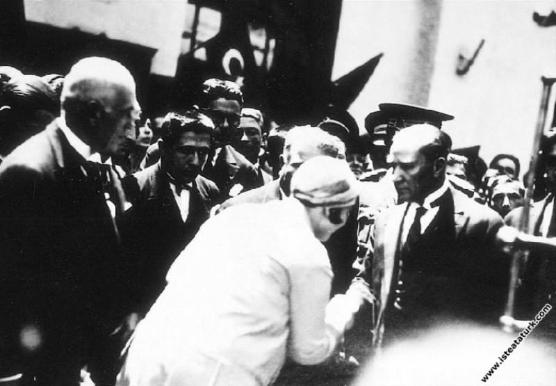 Mustafa Kemal Atatürk'ün İzmit İstasyonu'nunda karşılanması. (05.06.1928)