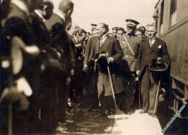 Mustafa Kemal Atatürk'ün İzmit İstasyonu'nunda kar...