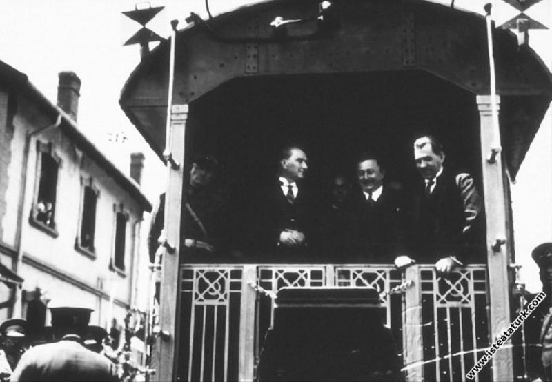 Mustafa Kemal Atatürk İstanbul'a gelirken İzmit Ga...