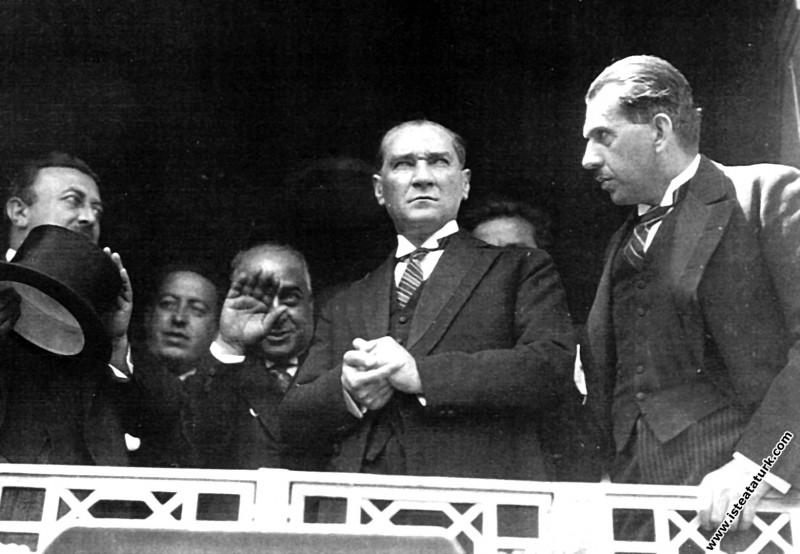 Mustafa Kemal Atatürk İstanbul'a gelirken İzmit Garı'nda. (05.06.1928)