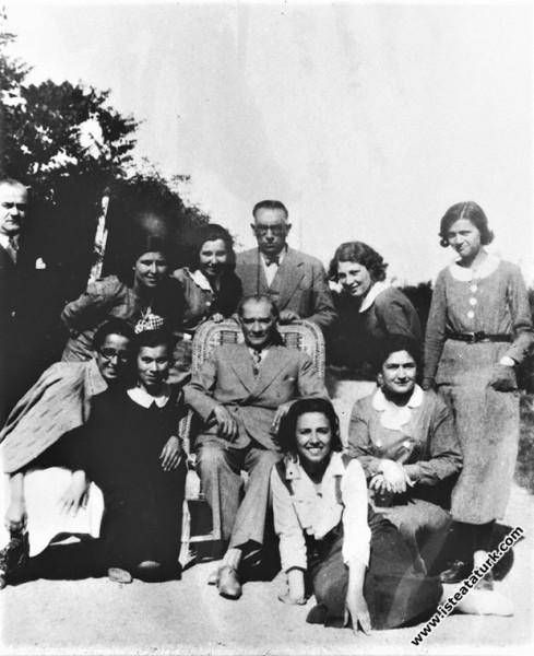 Mustafa Kemal Atatürk Modern Türk kızlarımızla Gazi Orman Çiftliği'nde, Ankara Kız Enstitüsü'nün öğrencileri ile. (1935)