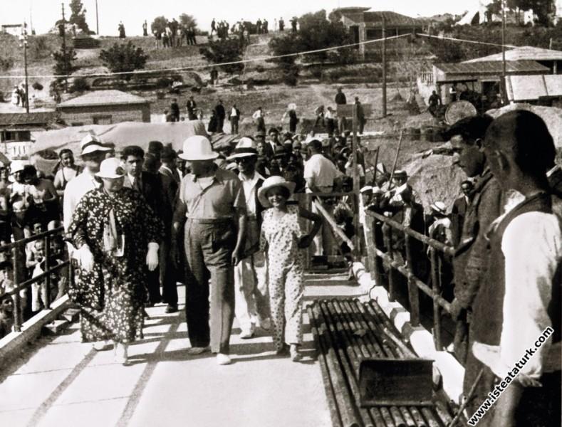 Mustafa Kemal Atatürk kız kardeşi Makbule Atadan ile Florya'da. (07.1935)