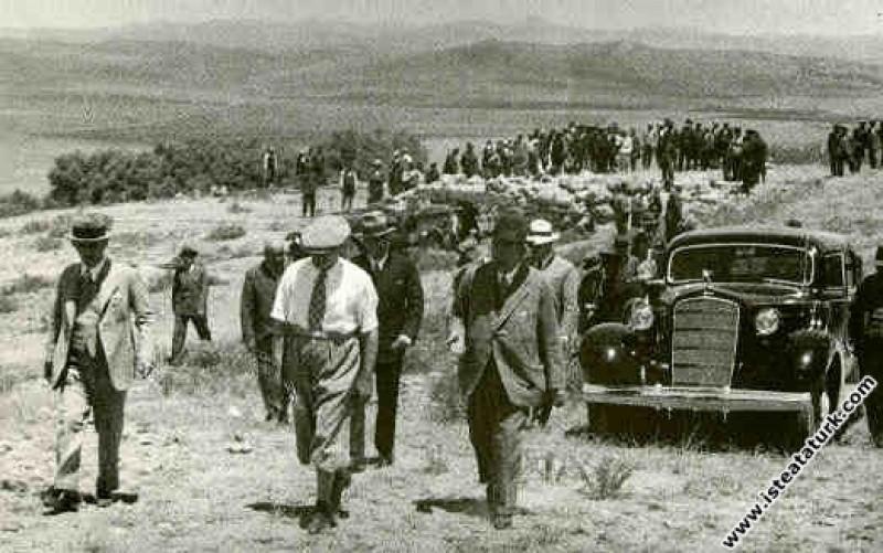 Mustafa Kemal Atatürk Başbakan İsmet İnönü'yle Atatürk Orman Çiftliği'nde. (1935)