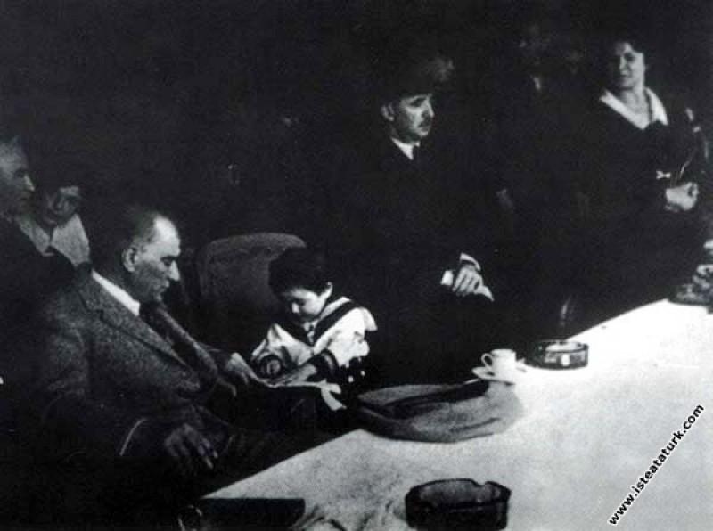 Mustafa Kemal Atatürk manevi kızı Ülkü Adatepe'ye okuma yazma öğretirken. (10.07.1937)