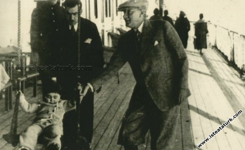 Mustafa Kemal Atatürk Ege Vapuru'nda manevi kızı Ü...