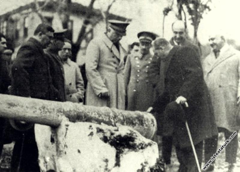 Mustafa Kemal Atatürk Antalya'da tarihi topu incel...