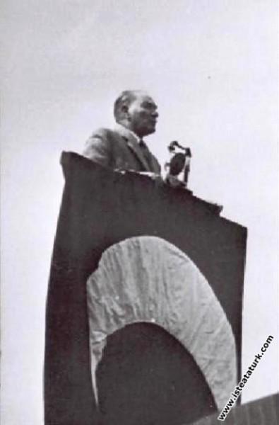 Mustafa Kemal Atatürk Etimesgut Türk Kuşu'nun açılış konuşmasını yaparken, Ankara. (03.05.1935)