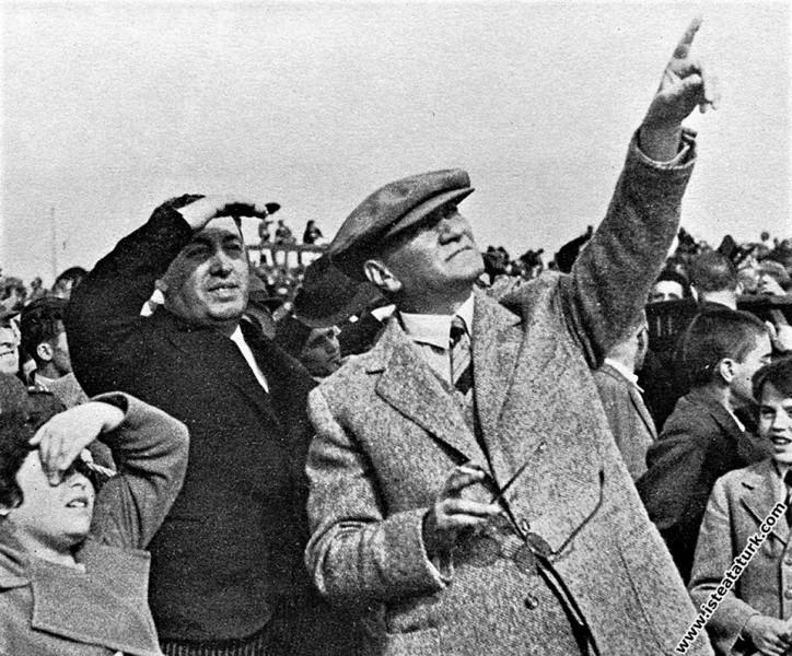 Mustafa Kemal Atatürk Ankara'da Türkkuşu'nun açılı...