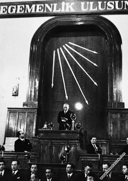 Mustafa Kemal Atatürk CHP'nin 4. Büyük Kurultayı'nda açılış konuşmasını yaparken. (09.05.1935)