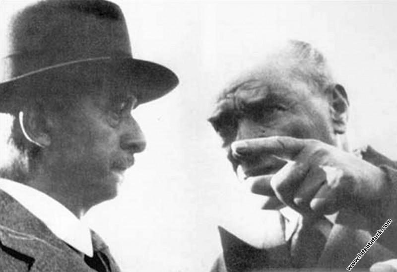 Mustafa Kemal Atatürk Başbakan İnönü'yle. (18.05.1...