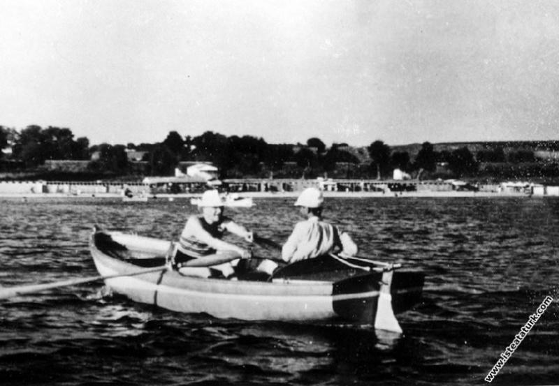 Mustafa Kemal Atatürk Florya'da, sandalla gezerken. (07.1935)