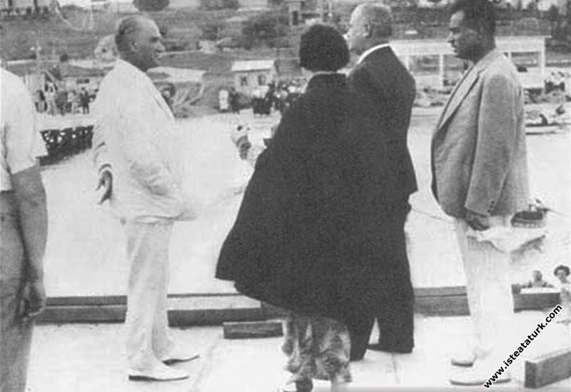 Mustafa Kemal Atatürk, Kılıç Ali, Salih Bozok ve Afet İnan'la Florya'da. (07.1935)