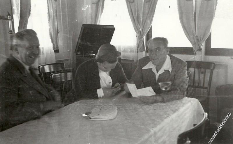 Mustafa Kemal Atatürk Ertuğrul Yatı'nda, Afet İnan...