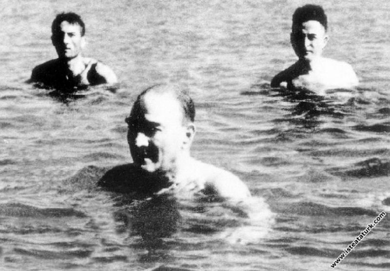 Mustafa Kemal Atatürk Florya'da denizde yüzerken, ...