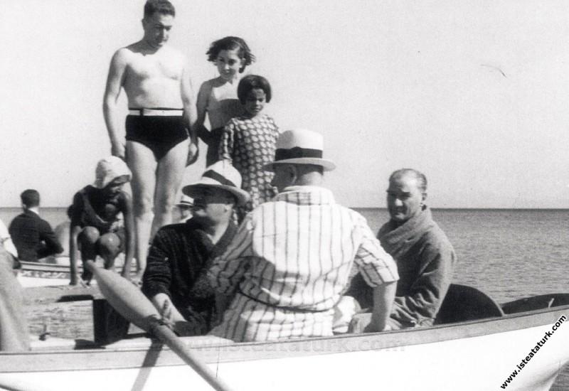 Mustafa Kemal Atatürk Florya'da, arkadaşları  Kılı...
