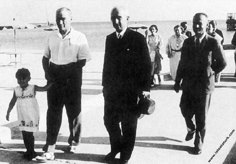 Mustafa Kemal Atatürk manevi kızı Ülkü ve İsmet İnönü ile birlikte, Florya İstanbul. (07.1935)