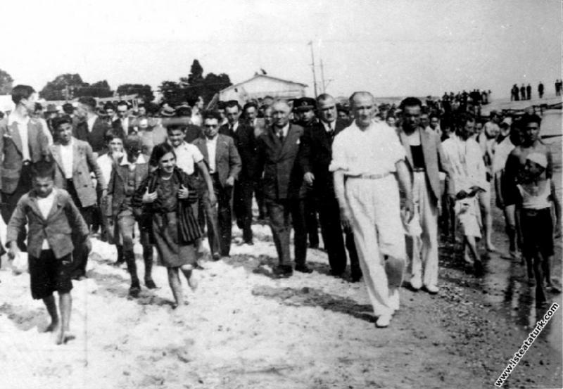 Mustafa Kemal Atatürk Florya'da halk ve çok sevdiğ...