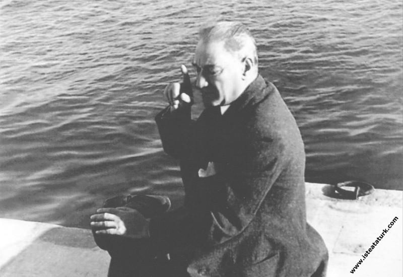 Mustafa Kemal Atatürk Dolmabahçe Rıhtımı'nda, İsta...