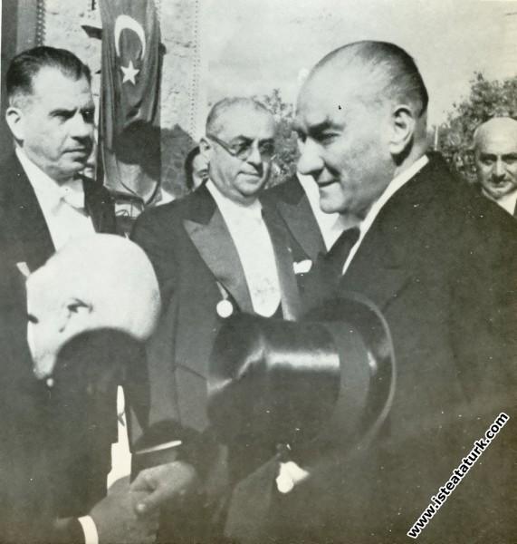 Mustafa Kemal Atatürk Cumhuriyet Bayramı tebriklerini kabul için meclise gelirken. (29.10.1935)