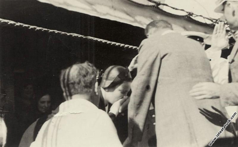 Mustafa Kemal Atatürk Ertuğrul Yatı'na gelişinde Afet İnan ile birlikte. (1935)
