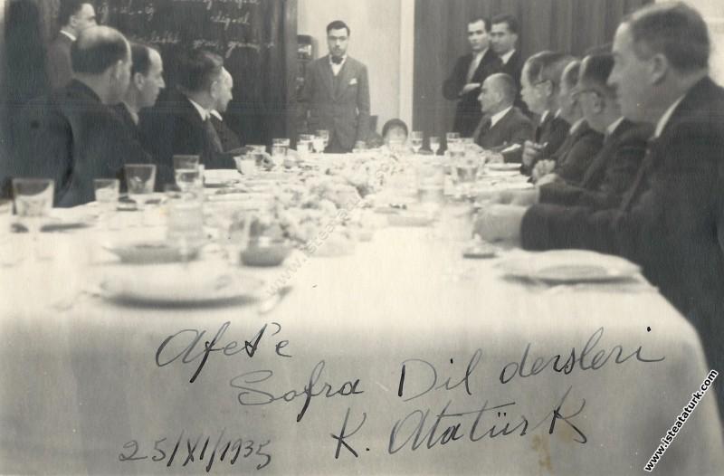 Çankaya Köşkü'nde sofra dil dersleri. (25.11.1935)...