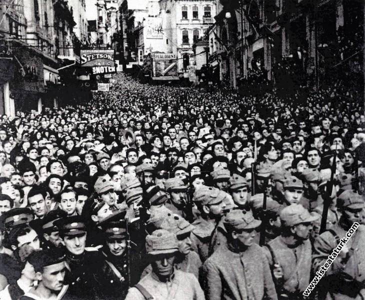 Ulu Önder Atatürk'ün cenazesinin geçeceği yolları dolduran halk, İstanbul. (19 Kasım 1938)