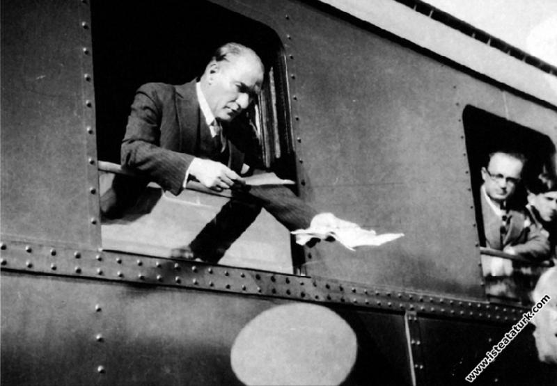 Mustafa Kemal Atatürk Kütahya gezisinde, kendisine sunulan dilekçeleri incelerken. (24.01.1933)