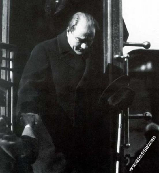 Mustafa Kemal Atatürk Adana gezisinde istasyonda trenden inerken. (25.01.1933)