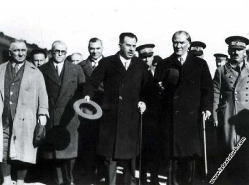 Mustafa Kemal Atatürk Adana'da TBMM Başkanı Kazım Özalp ve Celal Bayar'la birlikte. (25.01.1933)