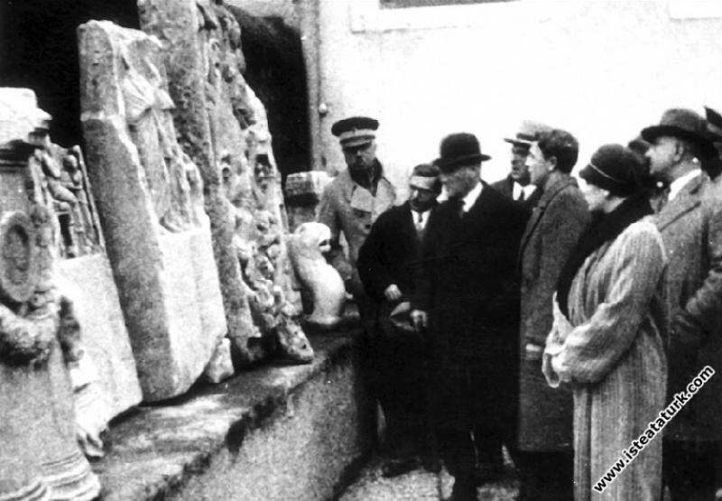 Mustafa Kemal Atatürk İstanbul Topkapı Arkeoloji Müzesi'nde, eserler hakkında müdür Tahsin Öz Bey'den bilgi alıyor. (10.02.1933)
