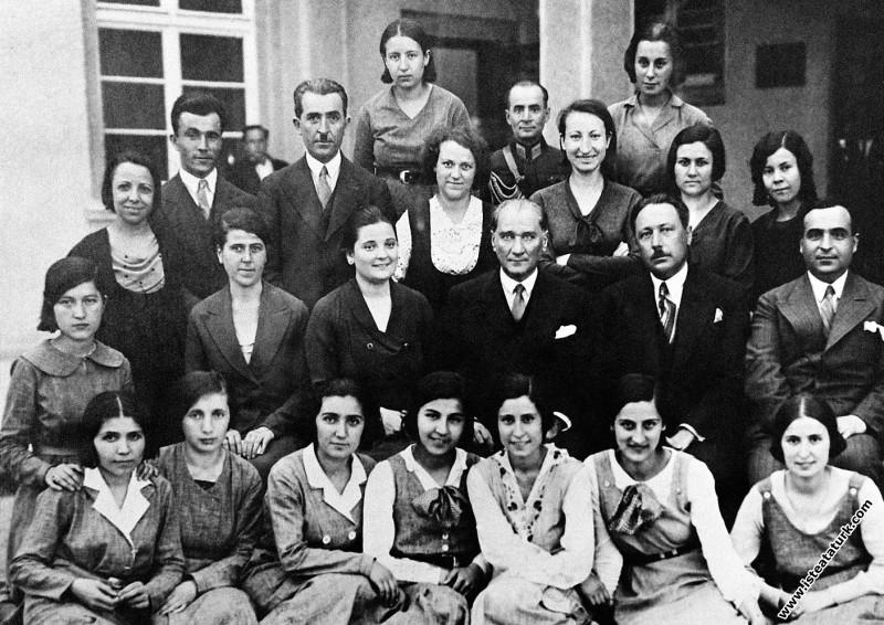 Mustafa Kemal Atatürk Ankara Kız Lisesi'nin bitirme sınavlarından sonra öğretmen ve öğrencilerle. (24.06.1933)